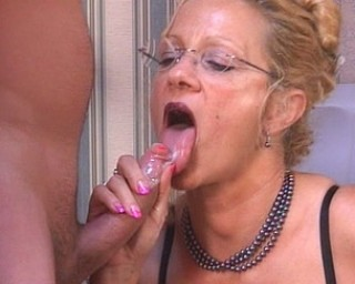 Horny housewife gets fucked by a worker dude