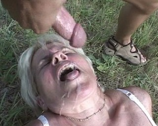 mature lady gets fucked in the open air