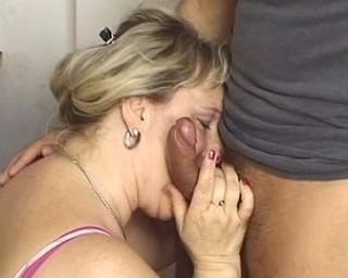 Mature slut gets a face full of cum
